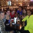 'Só não vai deixar saudade porque a gente vai se encontrar sempre!', escreveu Ana Carbatti na foto com os amigos de elenco
