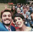 'E foram felizes para sempre', brincou Débora Rebecchi na selfie com o elenco de 'Alto Astral'