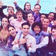 'Dia feliz', legendou Sabrina Petraglia na foto com os colegas de elenco na piscina