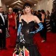 Katy Parry apareceu no tapete vermelho do Met Gala toda vestida de Moschino e usou pingentes dourados nas unhas