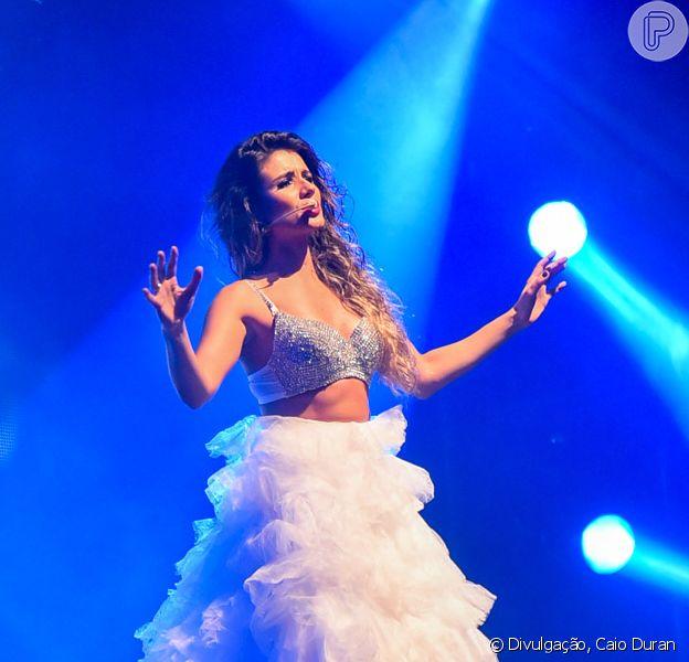 Paula Fernandes usa looks irreverentes em seus shows e costuma trocar de figurino durante as apresentações