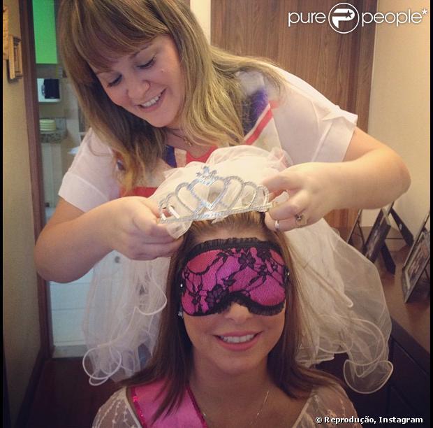 Bárbara Borges publica foto em que aparece se preparando para a sua festa de despedida de solteira em 26 de maio de 2013