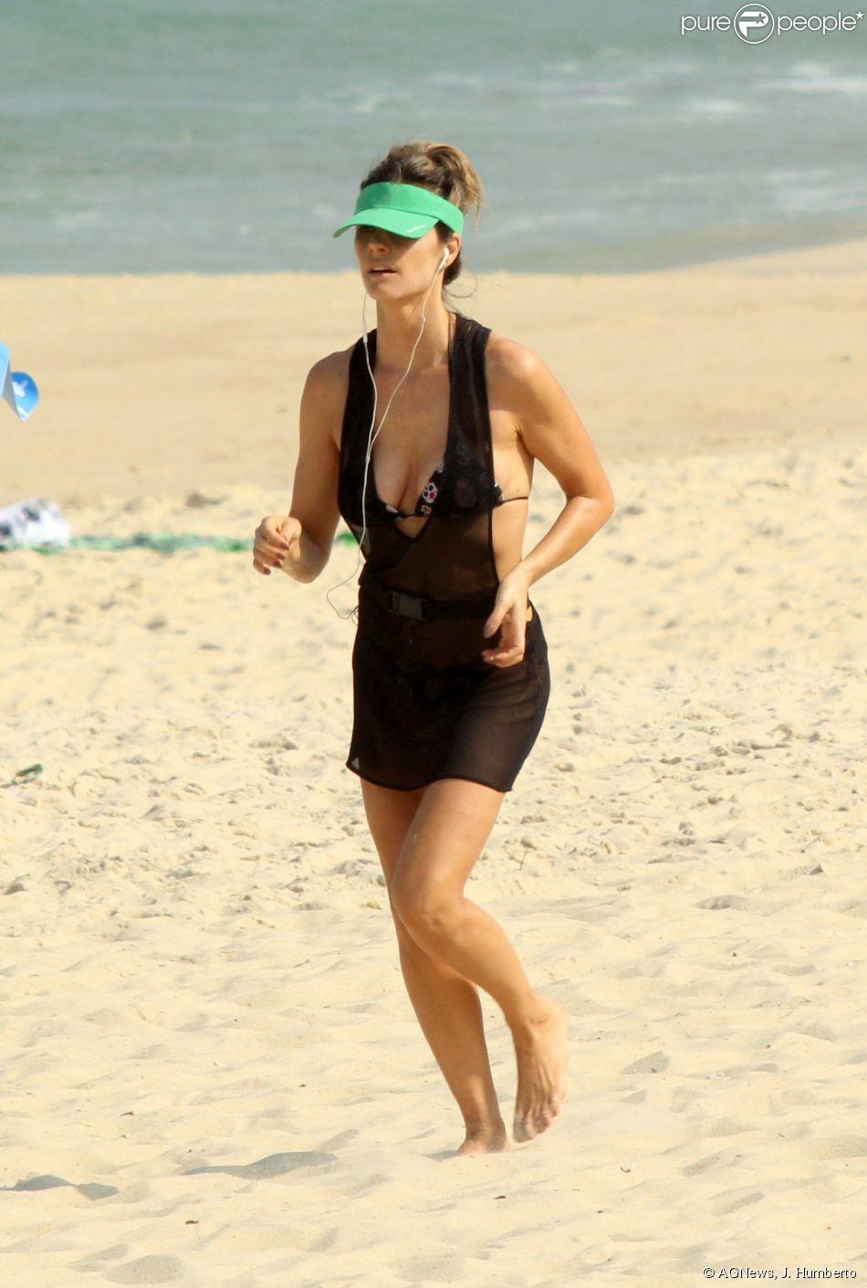 Fernanda Lima pratica corrida na praia do Leblon, no Rio de Janeiro, de saída de banho transparente, nesta terça-feira, 26 de maio de 2015