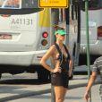 Fernanda Lima pratica corrida na praia do Leblon, no Rio de Janeiro