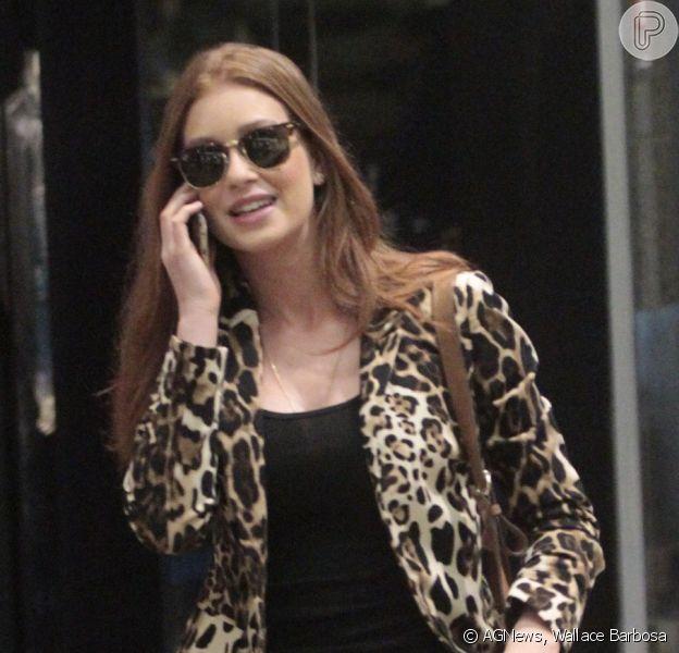 Marina Ruy Barbosa usa casaco animal print e calça rasgada em passeio em shopping no Rio de Janeiro, nesta segunda-feira, 1º de junho de 2015