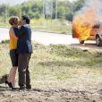Inês (Adriana Esteves) beijou Aderbal (Marcos Palmeira) após ser salva apor ele, na novela 'Babilônia'