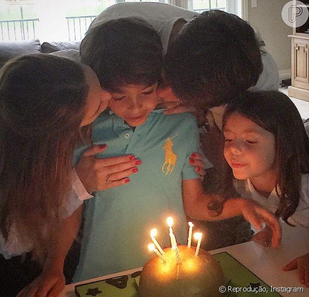 Carol Celico, Kaká e a caçula, Isabella, comemoram os 7 anos de Luca, filho mais velho do casal, com um bolo no formato de uma bola de futebol nesta quarta-feira, 10 de junho de 2015