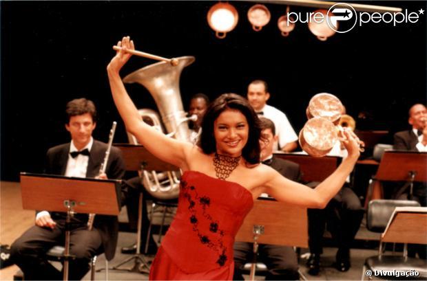 Dira Paes é clicada em cena do filme 'O Casamento de Louise', de 2001