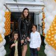 Carol Celico chegou à festa acompanhada pelos filhos Luca e Isabella