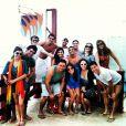 Camilla Camargo, de azul, posa com amigos em passeio por Fortaleza