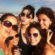 Camilla Camargo curte praia com amigas e anda de ônibus em Fortaleza