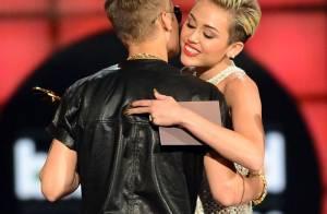 Justin Bieber e Miley Cyrus saem juntos de boate; cantora nega romance