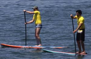 Marcelo Serrado pratica stand up paddle com amigo na praia de Ipanema, no Rio