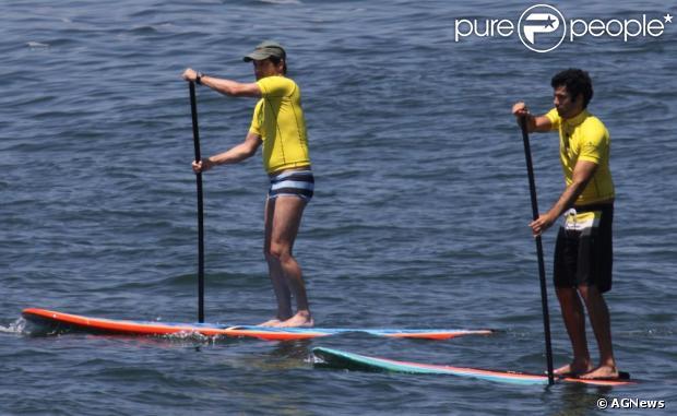 Marcelo Serrado faz stand up paddle com um amigo na praia de Ipanema, no Rio de Janeiro, em 5 de dezembro de 2012