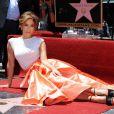 Jennifer Lopez posou sentada ao lado da estrela que leva o seu nome