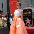 Jennifer Lopez escolheu uma saia laranja e uma camiseta branca para a confraternização da homenagem
