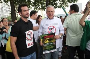 Sidney Sampaio e Helena Ranaldi participam de protesto em Copacabana, no Rio