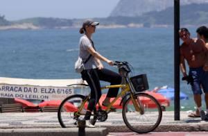Júlia Lemmertz pedala pela orla da praia do Leblon, no Rio