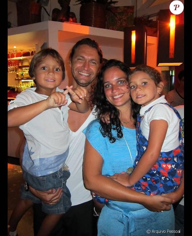 O ator mant m um casamento de 10 anos com a professora de for Muralha e sua esposa