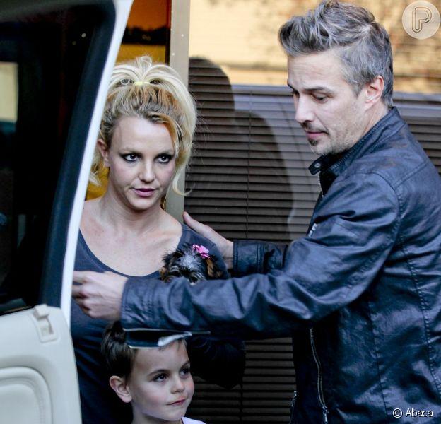 Britney Spears sai para tomar café da manhã com os filhos, Sean e Jayden, e o noivo, Jason Trawick, em 9 de dezembro de 2012