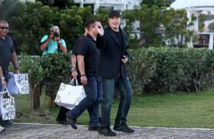 John Travolta deixa o Rio de Janeiro com quentinhas de hotel