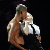 Madonna dá beijão no namorado, Brahim Zaibat, durante show em Porto Alegre
