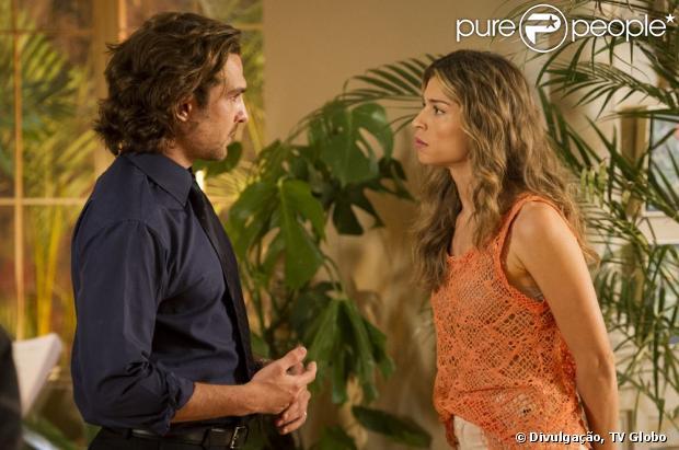 Alberto (Igor Rickli) coloca sonífero no suco de Ester (Grazi Massafera) para que ela não vá à audiência sobre a guarda de Laurinha (Serena e Vitoria Lovatel), em 'Flor do Caribe', em 25 de julho de 2013