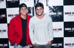 Bruno Gissoni, sem Yanna Lavigne, curte noite com amigos em evento no Rio