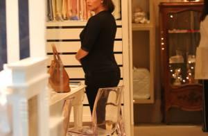 Grávida, Deborah Secco vai às compras em loja para bebês no Rio