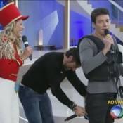 Marcos Mion abaixa a calça de Rodrigo Faro durante o 'Programa Xuxa Meneguel'