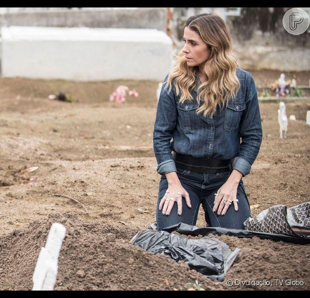 Atena (Giovanna Antonelli) rouba o dinheiro que Romero (Alexandre Nero) enterrou no cemitério, em 21 de setembro de 2015, na novela 'A Regra do Jogo'