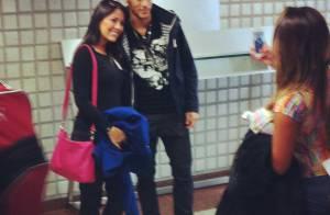 Neymar embarca para a Espanha, posa com fãs e causa tumulto no aeroporto
