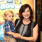 Regiane Alves leva filho mais velho ao teatro, no Rio, um mês após dar à luz