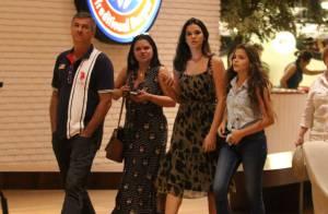 Bruna Marquezine faz programa em família e sai para jantar com os pais e a irmã