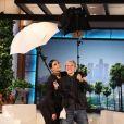Kim Kardashian é tão adepta de selfies que tem até um rebatedor acoplado em seu celular