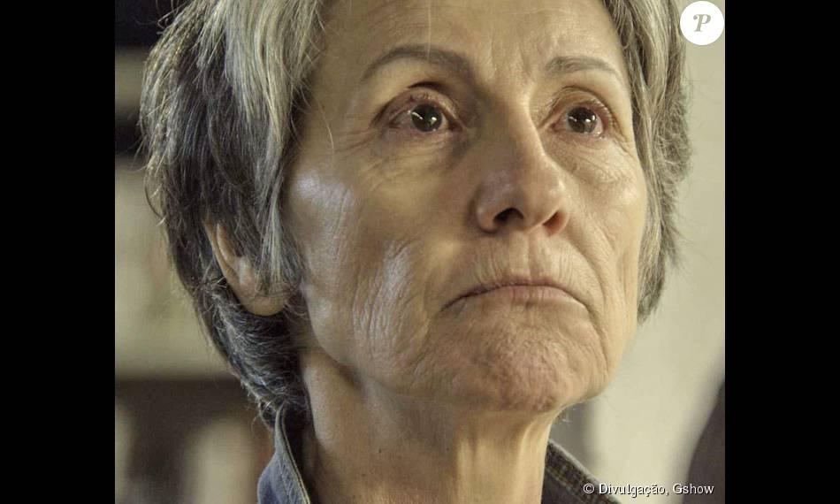 Djanira morrerá nos próximos capítulos de 'A Regra do Jogo' ao ser atingida por uma bala perdida durante uma perseguição da polícia a Zé Maria no Morro da Macaca