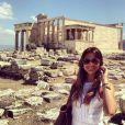A aniversariante compartilhou com os fãs fotos da viagem. Na imagem, ela posa na frente do Castelo de Atenas. ' Sem dúvidas, uma das joias mais preciosas', escreveu na legenda