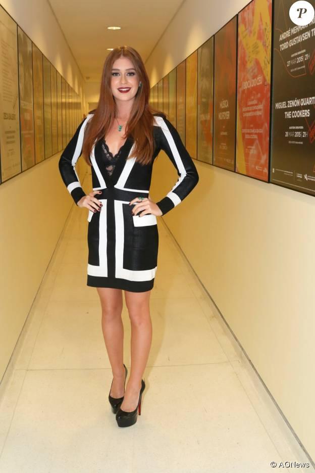 Marina Ruy Barbosa caprichou na escolha de seu look no lançamento de um smartphone, em agosto de 2015. A atriz investiu em um vestido preto e branco curtinho e superdecotado da grife Balmain, avaliado em R$ 5.400, que deixava à mostra seu sutiã de renda preta