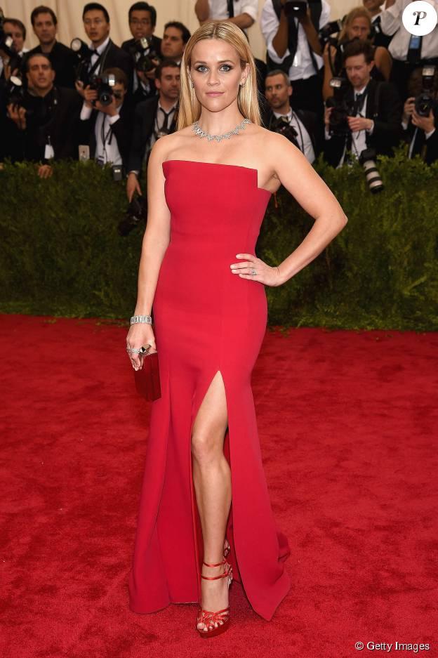 Reese Witherspoon mostrou por que foi eleita a celebridade mais bem-vestida em 2015, ao escolher um vestido vermelho tomara-que-caia com fenda na perna para um evento beneficente