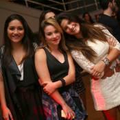 Giulia Costa e o ex, Eike Duarte, se evitam em evento com amigos no Rio