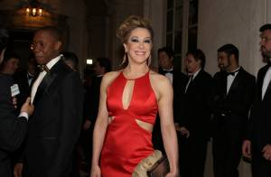 Claudia Raia exibe boa forma em premiação com look vermelho. Fotos!