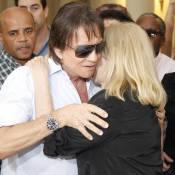 Roberto Carlos e mais famosos vão a velório de Luiz Carlos Miele, no Rio