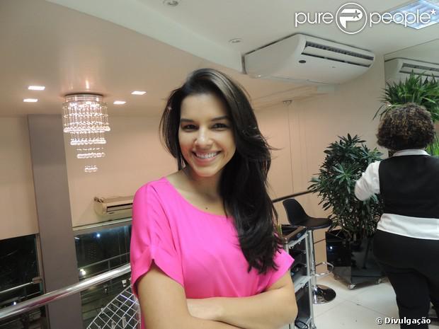 Mariana Rios escurece os fios em salão e posa para fotos, em 7 de agosto de 2013