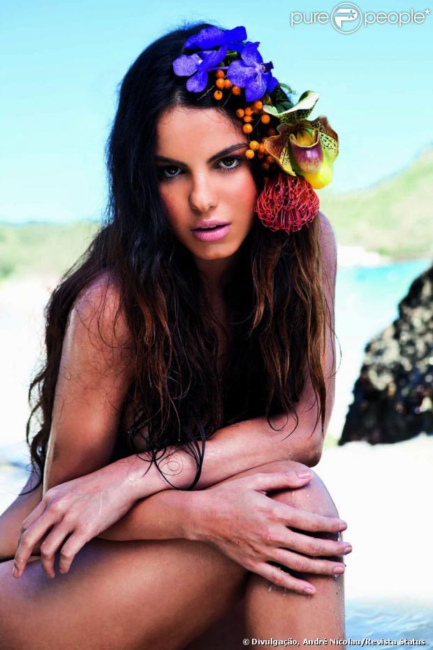 Sthefany Brito posou sensual para a revista 'Status' do mês de agosto de 2013