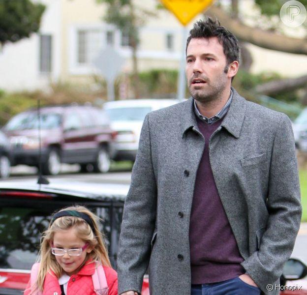 Ben Affleck leva a filha a filha mais velha, Violet, para a escola em Los Angeles, nos Estados Unidos, nesta quarta-feira, 12 de dezembro de 2012