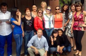 Zilu Camargo posta foto se despedindo da turma do curso de inglês