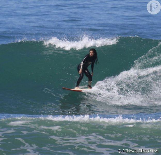 Daniele Suzuki surfa na praia da Barra da Tijuca, em 21 de agosto de 2013