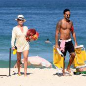 Carolina Ferraz mostra boa forma em praia com o namorado, Marcelo Marins