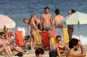 Fred curte tempo ensolarado com amigos na praia e encontra o vizinho Ronaldo