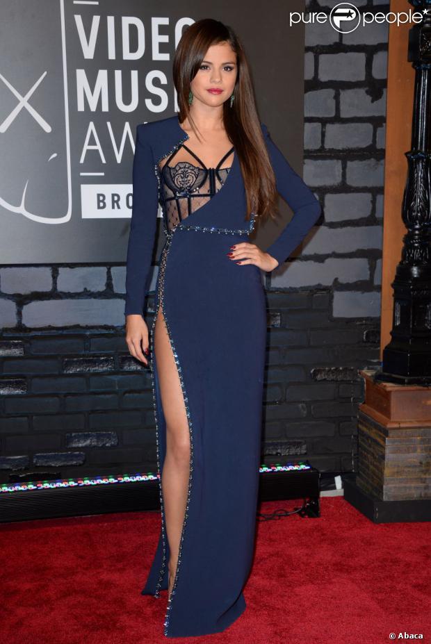Selena Gomez ganhou o prêmio de 'Melhor Video Pop' usando look Atelier Versace, no evento MTV Video Music Awards. Com uma fenda bem ousada na perna direita, o modelo dava a impressão de a cantora estar sem lingerie por baixo da roupa. Uma lingerie preta rendada, totalmente exposta,  completou o toque sexy ao look